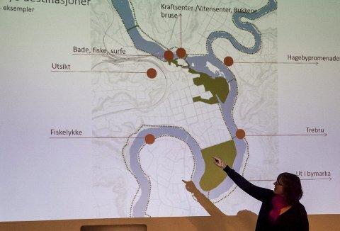 Hanne Jonassen fra Asplan viser et kart med flere mulige attraksjoner langs elva. Å ta i bruk elva var et sentralt punkt for flere av arkitektgruppene som la fram det de har jobbet med så langt i parallelloppdraget.