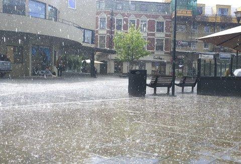 Kraftig regnvær som dette så vi lite av i juni i år. Det var både varmere og tørrere i juni i år enn det vi opplevde i 2015.
