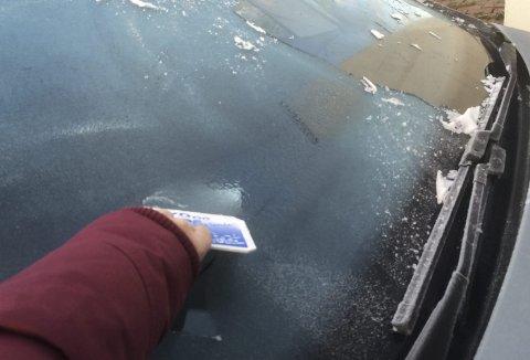 Det er viktig å skrape isen av ruten før man kjører.