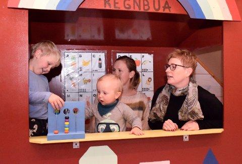 LYKKELIG UVITENDE I REGNBUA: Nikolai (fem år) og Alfred (snart to år) leker lykkelig uvitende om kampen, som blant andre moren Kaja Solbakken Bjerke og tillitsvalgt Anne Gro G. Lundestad fører for anbefalt bemanning i barnehagene.