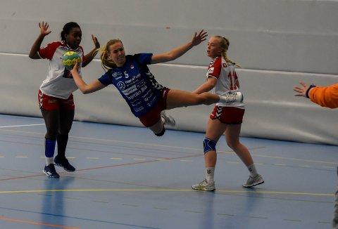 Her scorer Maren Sjaamo et av HSKs 36 mål mot Bergsøy i kampen som endte 36-25.