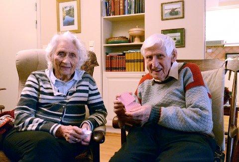 Margit og Henry spiller bridge for å holde hue i gang.