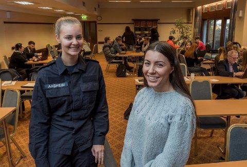 Lærlingene: Camilla Heggelien Aasheim (til venstre) og Camilla Schistad Souza fortalte elevene om hvordan de kom seg inn som lærlinger hos Forsvaret og Nokas.