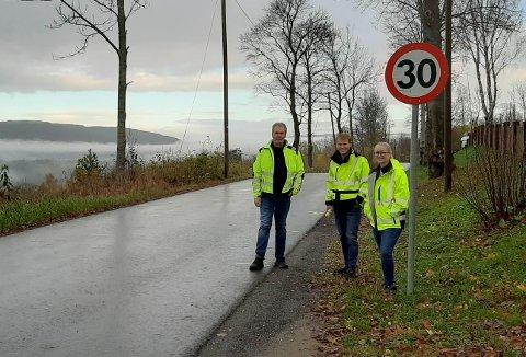 OPPMERKING: Alt er klart for å anlegge fartshumper på Gamleveien i Åsygda. Her er avdelingsleder Per Dysterud, Morten Fagerås og Kathrine Briseid fra teknisk i avdeling i Ringerike kommune på befaring.