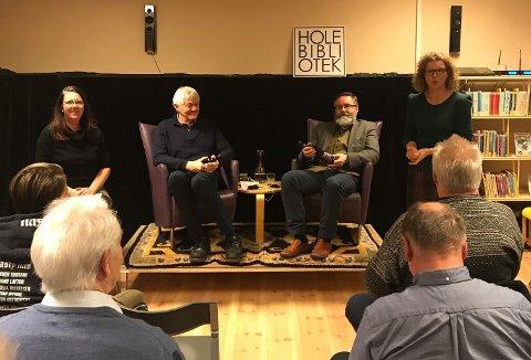 Bibliotekssjef Hanne Stuve introduserer første samtale hvor Gudmund Bakke og Christopher Hals Gylseth snakket om å skrive om krigen med stor K.