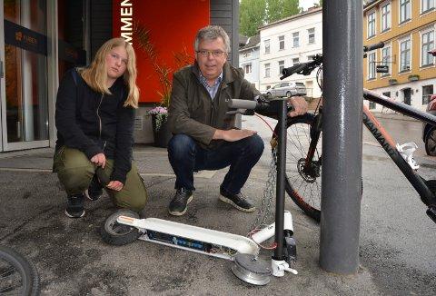 ØDELAGT: Maria Skattebo (12) har fått igjen el-sparkesykkelen, men den var ødelagt. Nå håper faren Lars Jørgensen at Sør-Øst politidistrikt tar lærdom av saken.