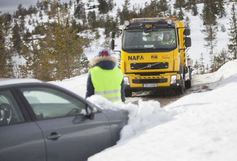 TATT PÅ SENGA: Mange bileiere har fått erfare at det nå er vintertemperaturer over store deler av landet. Mange sliter da med å få start på bilen og trenger hjelp.