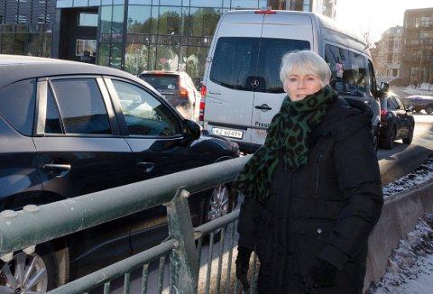 KØ: Lokalpolitiker Lise Bye Jøntvedt (H) hadde håpet at Viken fylkeskommune ville være med på forslaget om å sette opp opplysningsskilt som viser når det er tid å spare på å kjøre rundt byen. Hun mener det kunne ha redusert køene som her over Hønefoss Bru.