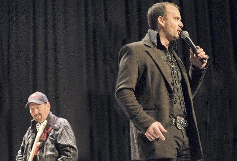 KONSERT: Morgan Vøyen og James Burton under en konsert i 2017. Neste gang de møtes venter Rjukanhuset. Det kan bli stor etterspørsel etter billetter, og da kan det være greit å vite at VisitRjukan tar seg av billettsalget.