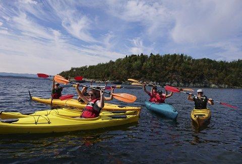 GRUPPE: En gruppe på åtte i både single og doble kanoer, underveis på kajakktur med The Heavy Water Adventures. (foto: Szonja Kozma).