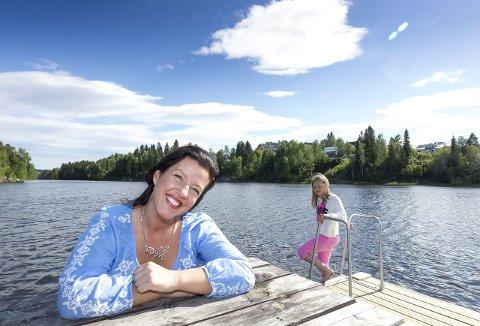 HJEMMESOMMER: Anja Holt og døtrene skal være hjemme i sommer. Det betyr blant annet badeturer til Langvannet i Lørenskog. De har ingen planer om å kjede seg. Vilde gleder seg til kos og moro sammen med mamma og søster Ida. FOTO: KAY STENSHJEMMET