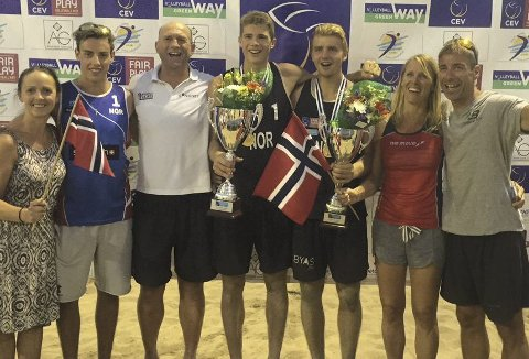 SUVERENE: Anders Mol og Christian Sandlie Sørum (i midten) vant U22-EM søndag kveld. Her sammen med støtteapparatet og Mols familie. FOTO: PETER HELLAND-HANSEN