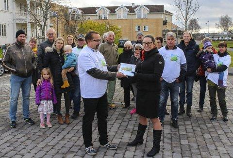 Mange navn: Åge Paulsen overrekker 1.100 underskrifter og ei T-skjorte til ordfører Marianne Grimstad Hansen (H). Foto: Rune Fjellvang