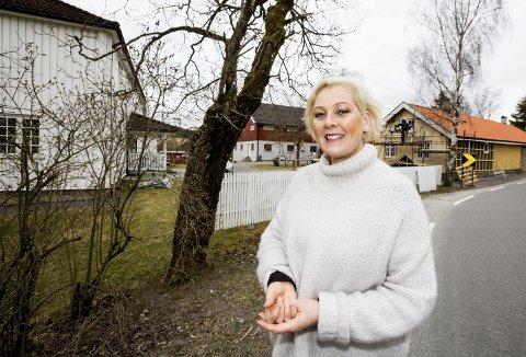 MANGFOLD: Margrethe Henden (54) satser på et mangfoldig tilbud på Aaraas gård. Nå settes brygger-og bakstehuset (t.h.) istand for pilegrimsherberge, bed & breakfast, og har også stor vedfyrt ovn for brød og pizzaer. ALLE FOTO: TOM GUSTAVSEN
