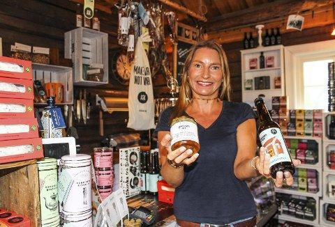 REVET VEKK: Hilde Cathrine Norderhaug med øl og honning som kundene tømte Jessheim Landhandleri for i helgen. Foto: Rune Fjellvang