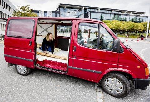 I GANG MED INNREDNINGEN: Jette Graaner fikk ideen om å prøve et liv i en rullende hybel mens hun hadde sommerjobb i Lofoten. Nå har hun gått til anskaffelse av en Ford Transit 1998-modell til en pris av 25.000 kroner. I disse dager er hun i gang med innredingen av lasterommet, og planlegger innflytting til helgen. Bilen skal hun ha stående rett ved høyskolen på Kjeller. ALLE FOTO: TOM GUSTAVSEN