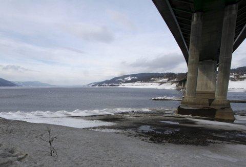 Minnesund: Mjøsa ligger nesten en halvmeter under normal vannstand for årstida, i påvente av vårflommen. Det vannet som tappes ekstraordinært, skal også rett ut av Øyeren. Foto: Hallgeir B. Skjelstad
