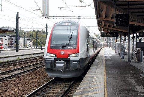 TØG FØR BUSS – OG MOTSATT: Fra og med mandag blir det tidvis buss for tog mellom Lillestrøm og Årnes og mellom Årnes og Lillestrøm på grunn av arbeider på jernbanen. Bildet er fra Lillestrøm stasjon.