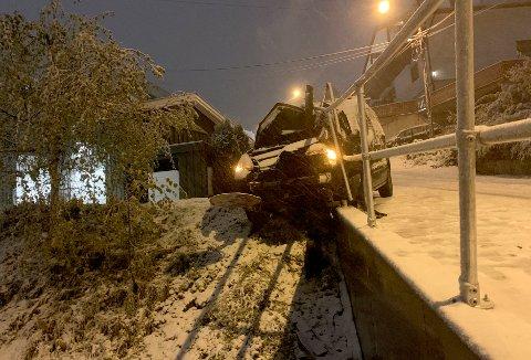 Tidlig tirsdag morgen havnet denne bilen av veien og inn i et gjerde i Roal Amundsens vei i Lørenskog.