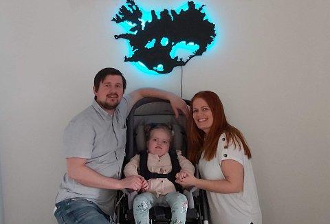 ANNERLEDES HVERDAG: Pappa Bjarni Gunnarsson og mamma Ása Birna følger opp datteren Ronja døgnet rundt. Den siste tiden har de tatt enda flere forholdsregler enn tidligere.