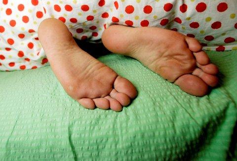 SØVN: Varme netter, viftesalg som eksploderer og vanskelig å sovne - få med deg seks triks som kan hjelpe deg i tropevarmen.