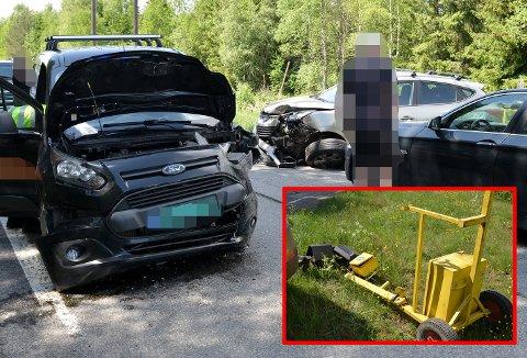 TRE BILER: Her står bilene som var involvert i ulykka. Bilen til venstre i bildet la seg ikke tilbake i riktig kjørefelt og kjørt rett fram og gjennom lysreguleringen og traff de to bilene.