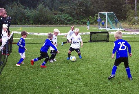 ALLE SKAL MED: I 3'er fotball er det tre spillere på hvert lag av gangen. Alle bilder fra kampen Graabein (hvite overdeler) mot ROS (blå overdeler). ALLE FOTO: PER D. ZARING