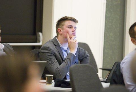 KRITIKK: Rikard Knutsen (Frp) er glad for at kommunen har en omfattende eiermelding, men mener man må være bevisst på hvem som velges inn i styrene for å representere kommunen.