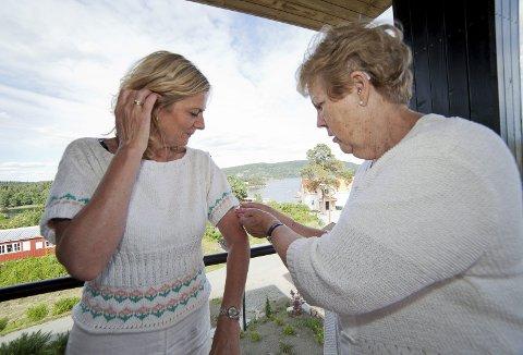 GEST: Hurum-ordfører Monica Vee Bratlie blir fortsatt rørt når hun snakker om genseren som hennes mamma begynte på før hun døde i 2006. I dag er genseren ferdig strikket takket være tante Torunn Anderssen på tross av at hun har Parkinsons sykdom.