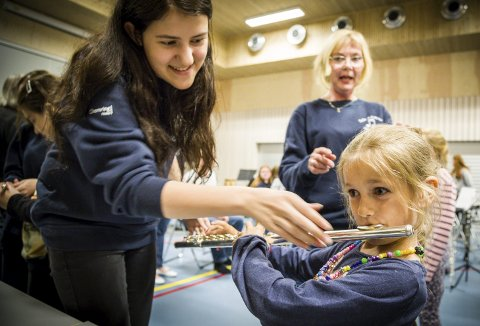 Nysgjerrig: Fanny Sikstrøm viser Inès Martin (7) hvordan hun skal holde i fløyta. Dirigent Anita Fogge gir små råd på veien.