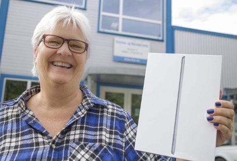 GLAD VINNER: Sissel Graff Lobben fra Nærsnes ble den lykkelige eier av en ny iPad etter å ha blitt trukket ut som vinner for sitt bidrag til sommerbilder på rha.no.