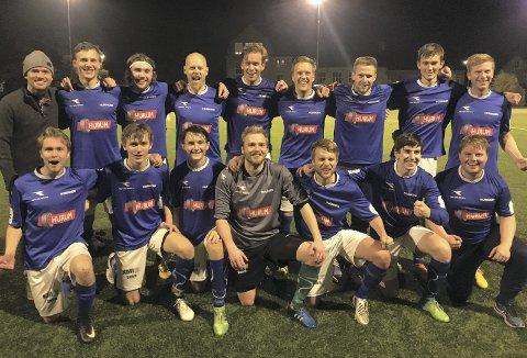 RYKKER OPP: Ingen lag kan stoppe Huringens A-lag fra å rykke opp i 4. divisjon neste sesong etter at laget vant over Åskollen på deres hjemmebane.