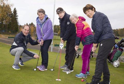Sammensveiset gjeng: I løpet av sommerne har Anders Fløystad vært instruktør i golf, grønn glede på Kjekstad golfklubb for Ingerid Lie, Ragnhild Yri, Inger-Lise Grimsen og Terje Wear. De kan ikke få fullrost tilbudet nok, og anbefaler alle som får et slikt tilbud om å takke ja.