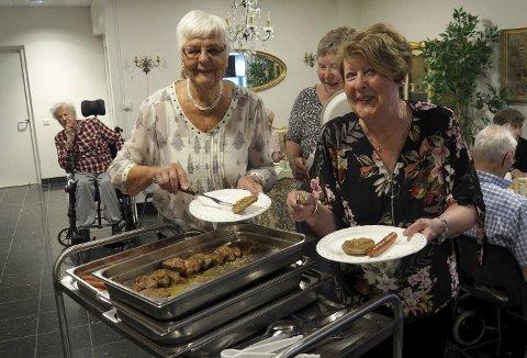 Gleder: - Vi har mye god grillmat å by på, sier fra venstre Marit Nevra og Lillian Grønli.   Alle foto: Svein-Ivar Pedersen