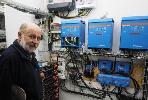 GLAD:  Knut Raastad har jobbet lenge med solpanelet og er strålende fornøyd med at det nå leverer strøm.