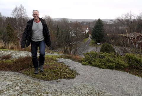 Boliger på fjellkolle: Prosjektleder Arvid Johannesen i USBL Sandefjord i området der lavblokkene skal bygges. Foto: Per Langevei