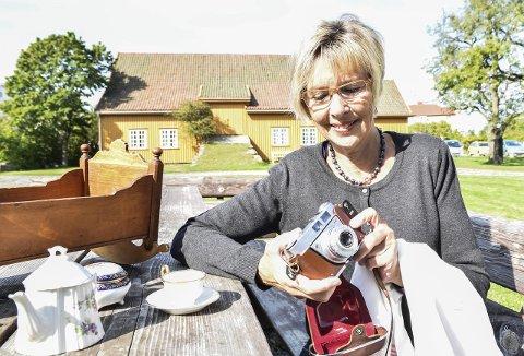 Det første kameraet: Gro Midtun det første kameraet hun fikk. Et kjært minne, som vekket en livslang interesse for fotografering. Hun oppfordrer andre til også å dele minner og sine historier rundt kjære gjenstander. Foto: Flemming Hofmann Tveitan
