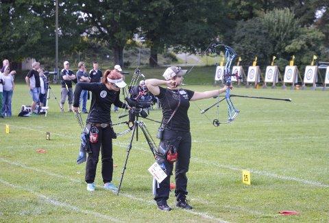 Sølvvinner: Laila Fevang (til høyre) skjøt godt i hele NM, men tapte mot suverene Runa Grydeland (t.v.) i kampen om kongepokalen søndag.