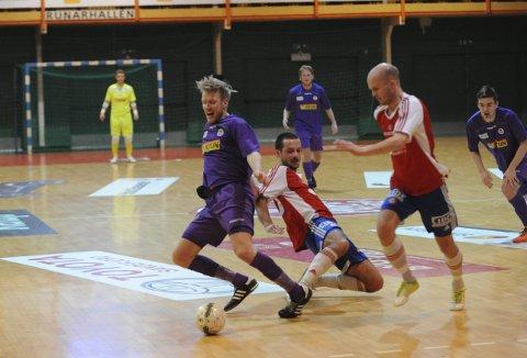 MISTET SEIEREN: Niklas Espegren (lilla) scoret for hjemmelaget i første omgang, men til slutt ble det et litt skuffende uavgjortresultat.