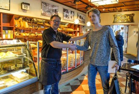 GRATULERER: Daglig leder Thomas Brendsrup hos Nøtterøy Bakeri & Konditori gratulerer Jørgen Endrestad som kunde nummer 50.000