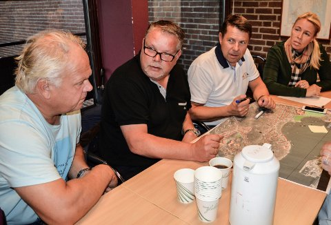 BEKYMRET: Stub-beboerne Harald Berggreen (f.v.), Andreas Johannessen, Jan Erik Walnum og Vigdis Walnum frykter hva de planlagte sprengningsarbeidene vil gjøre med eiendommene deres.
