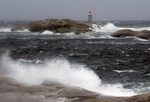 KRAFTIGE VINDKAST: Klokka 21 fredag kveld er det meldt 25 m/s ved Folehavna i Sandefjord. – Utover fredag vil vinden øke på til fullstorm, vi får vindkast helt opp i 45 meter per sekund, sier statsmeteorolog Kristian Gislefoss tilYr.