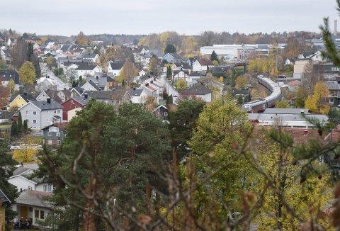 BOLIGER: Nå er det på tide at Bane NOR/Sandefjord kommune opphever denne båndleggingen av disse hus, som ligger i den skrinlagte togtraséen, skriver Hilde Løke. oto: Morten Fredheim Solberg