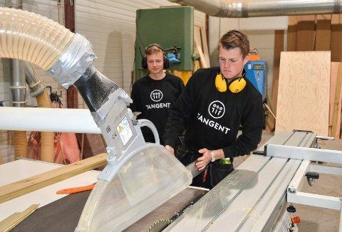 BLIR FLERE: Tobias Myhre (t.v.) og Fredrik Wroldsen på snekkerverkstedet i bedriften Tangent på Skolmar. Nå skal flere unge funksjonshemmede få muligheten til å komme i jobb.