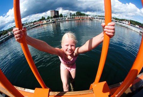 Tia Simonsen (8) anbefaler bading i dag.