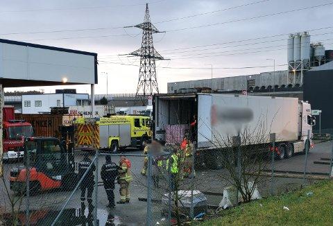 UTRYKNING: Politiet og brannvesen undersøkte trailer etter melding om farlig gods.