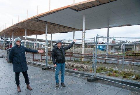 HåvardTonningAustvoll(Sp) og Arnfinn Bilstad (FNB) håper det blir handel og liv i Rutenparken når den åpner på nyåret.