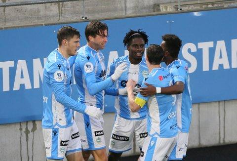 Spillerne gratulerer hverandre med 1–0 etter scoring av Erlend Hustad.