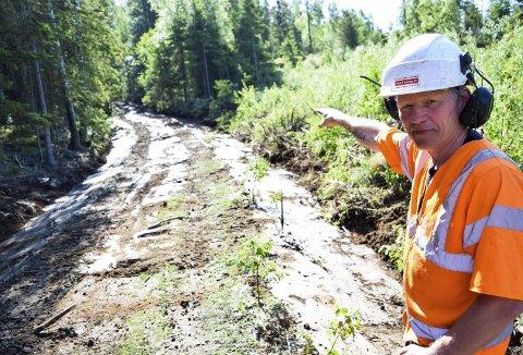 En god del av terrengløypen på skogsveien inn fra Nipaveien er utbedret før årets utgave av Hennesrittet. Det er gjort grunnarbeider på skogsveien, rensket i grøfter, fjernet vegetasjon og laget bedre drenering. Det blir også kjørt på pukk som komprimeres. Her ser vi Per Morten Hauge hos Park & Anlegg som viser en del av arbeidet.  (Foto: Kjetil A. Berg)