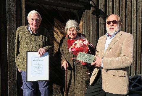 Willy (95) og Eva (89) Dørje-Berg, mottok søndag Kulturvernprisen for 2017. Til høyre Thor Haugsten fra Fortidsminneforeningen Østfold.